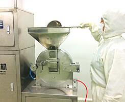 漢方原料・素材の粉砕を行う機械