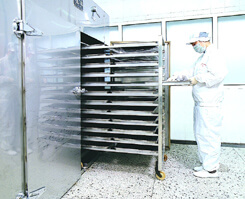 漢方原料・素材の乾燥を行う機械