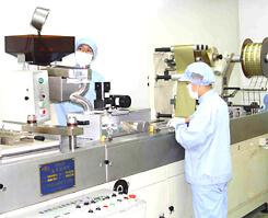 サプリメント(ハードカプセル・ソフトカプセル)をPTP包装加工するための機械