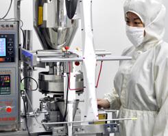 サプリメント(ハードカプセル・ソフトカプセル・顆粒など)をスティックや三方シールに包装加工するための機械